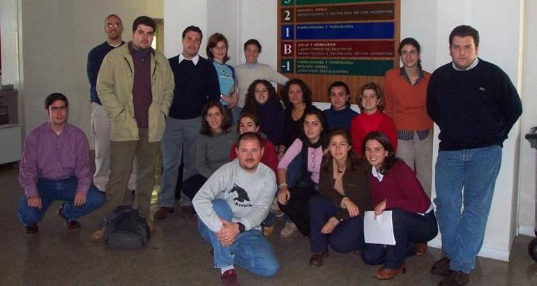 Antiguos alumnos con joven profesor